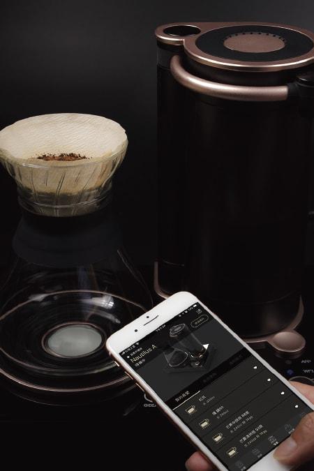 プロコーヒー注ぎを再現したバリスタGEESAA